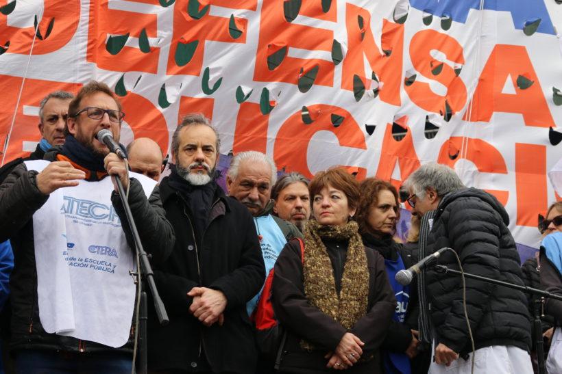 Protesta frente a la Casa de la provincia de Chubut contra la agresión sufrida por los docentes